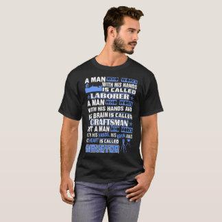 Travail d'homme avec le T-shirt d'arpenteur de