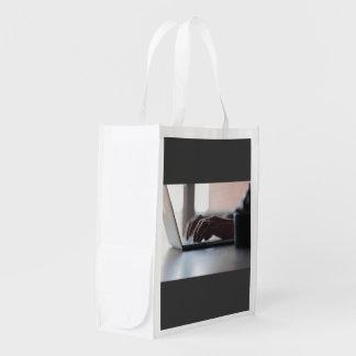 Travailler sur un ordinateur portable sac réutilisable d'épcierie