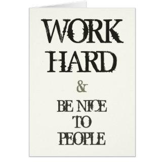 Travaillez dur et soyez gentil à la citation de cartes