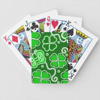 Trèfle chanceux et papillons de quatre feuilles de jeu de cartes