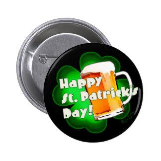 Trèfle du jour de St Patrick heureux et bouton de  Badge