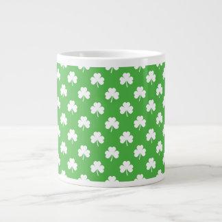 Trèfle en forme de coeur blanc sur St Patrick vert Grande Tasse