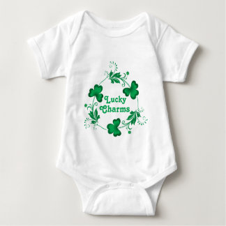 Trèfles chanceux de trinité de charmes t-shirt