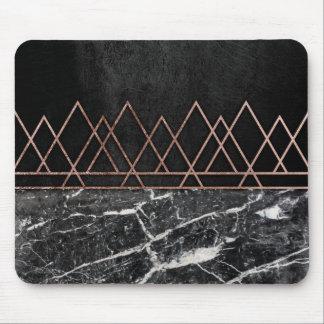 Triangles roses élégantes d'or et marbre noir et tapis de souris