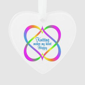 Tricotage liant des coeurs