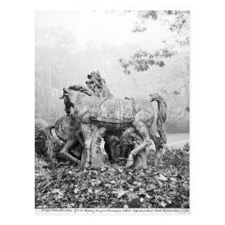 Tritons toilettant deux chevaux du soleil carte postale