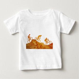 Trois cyclistes de montagne sur une colline t-shirt pour bébé