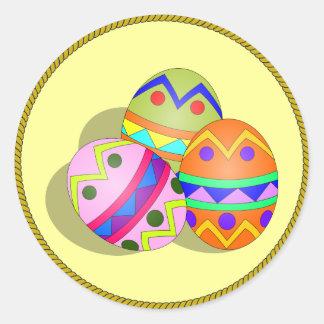 Trois ont décoré des oeufs de pâques, conçoivent sticker rond