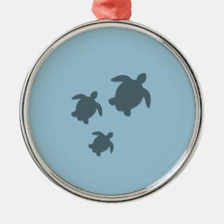 Trois tortues de mer nageant ensemble ornement rond argenté