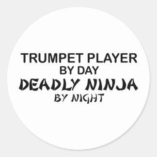 Trompette Ninja mortel par nuit Sticker Rond