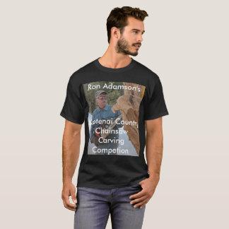 Tronçonneuse de Ron Adamson découpant la T-shirt