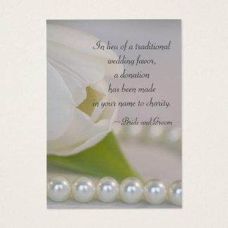 Tulipe blanche et perles épousant la carte de