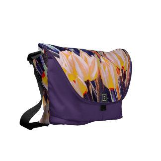tulipes artistiques sur le sac pourpre d arrière - sacoches