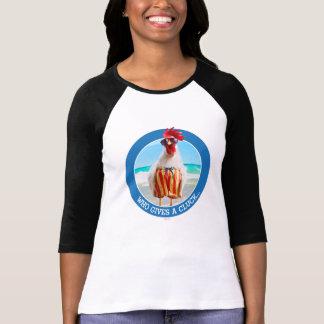 Type Chillin de coq à la plage dans des troncs de T-shirt