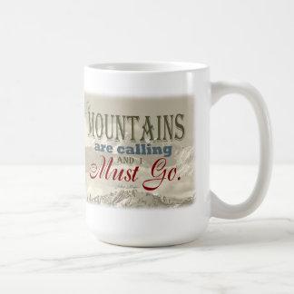 Typographie vintage que les montagnes appellent ; mug
