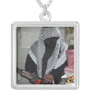 Un agresseur ennemi de rôle-playing arme un collier