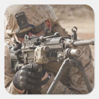 Un artilleur d'arme automatique de peloton fournit sticker carré