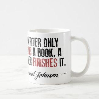 Un auteur commence seulement un livre. Un lecteur Mug