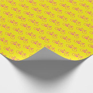 Un bon nombre de formes magenta de bicyclette sur papier cadeau