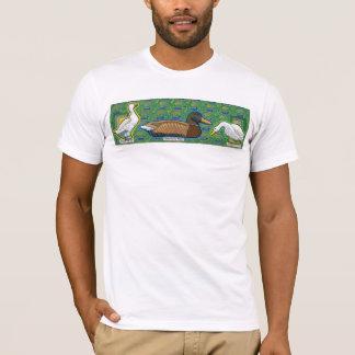 un canard entre le T-shirt de deux gooses