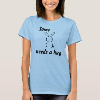 Un certain lapin a besoin d'un T-shirt d'étreinte