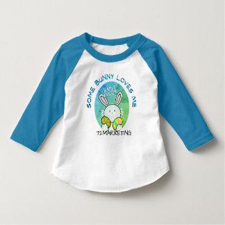 Un certain lapin m'aime raglan de lapin de Pâques T-shirt