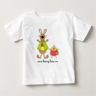 Un certain lapin m'aime. T-shirts de bébé de