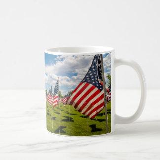 Un champ des drapeaux américains sur le souvenir mug blanc