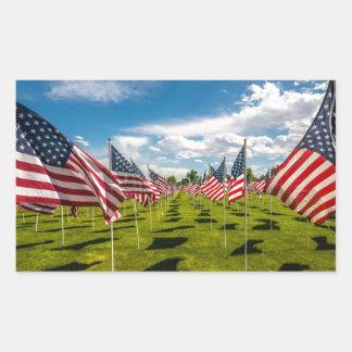 Un champ des drapeaux américains sur le souvenir sticker rectangulaire