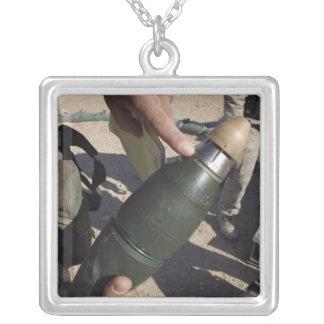 Un chef de peloton indique un arrangement de collier
