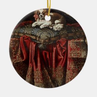 Un épagneul posé sur un coussin brodé ornement rond en céramique