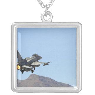 Un F-16E des Emirats Arabes Unis Pendentif Carré