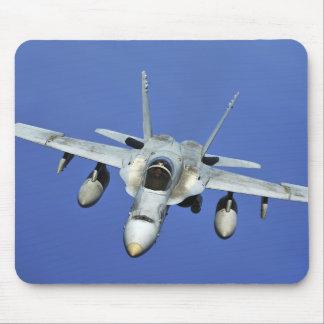 Un frelon F/A-18 participe à une mission Tapis De Souris