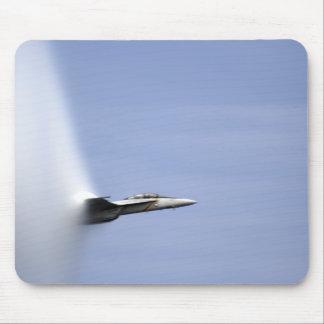 Un frelon superbe de F/A-18E atteint la vitesse Tapis De Souris