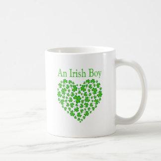 Un garçon irlandais tasse
