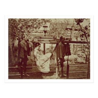 Un geisha étant porté dedans des ordures (photo de carte postale