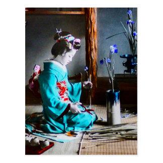 Un geisha s'chargeant de l'iris fleurit le vieux carte postale