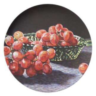 Un groupe de raisins rouges assiettes en mélamine