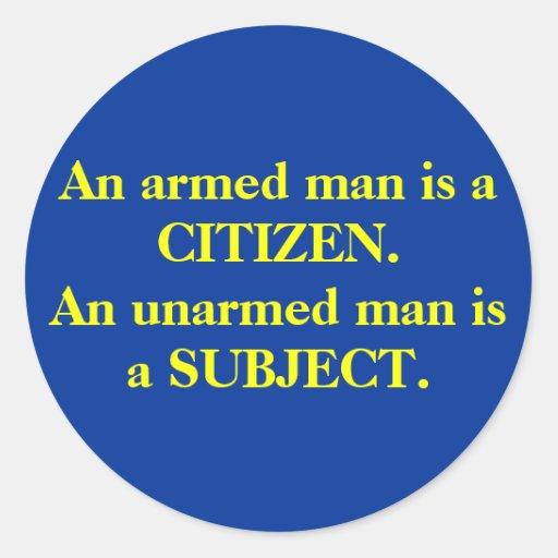Un homme armé est un CITOYEN. Un homme sans armes Autocollant Rond