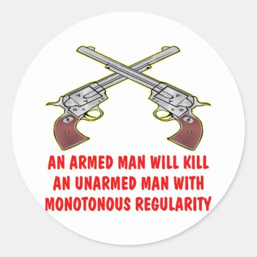 Un homme armé tuera un homme sans armes autocollant rond