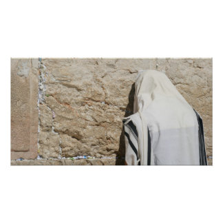 Un homme priant au mur occidental posters