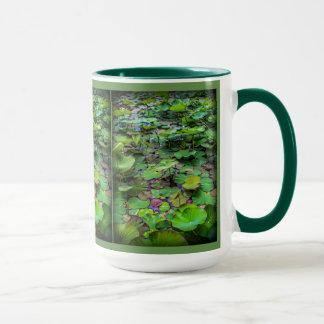 Un joli étang complètement des protections de lis mug