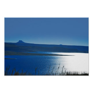 Un lac brillant paisible affiches
