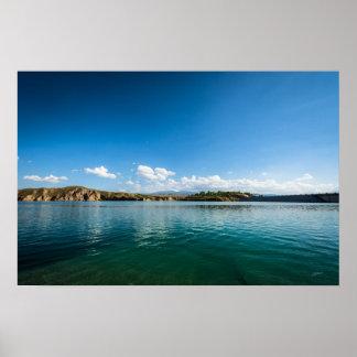Un lac calme dans lequel le ciel est reflété posters