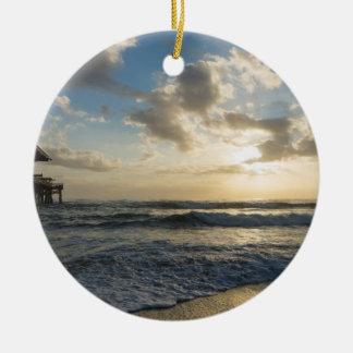 Un matin glorieux de plage ornement rond en céramique