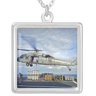 Un MH-60S Seahawk prépare pour livrer l'ammunitio Collier