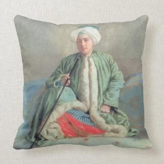 Un monsieur assis sur un divan coussin décoratif