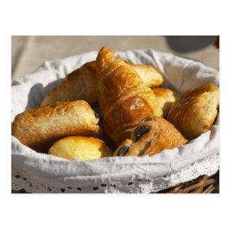 Un panier en osier de petit déjeuner avec des croi carte postale