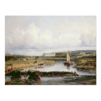 Un paysage étendu de rivière avec une vue du ch carte postale