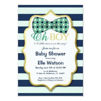 Un petit homme est aux invitations de baby shower